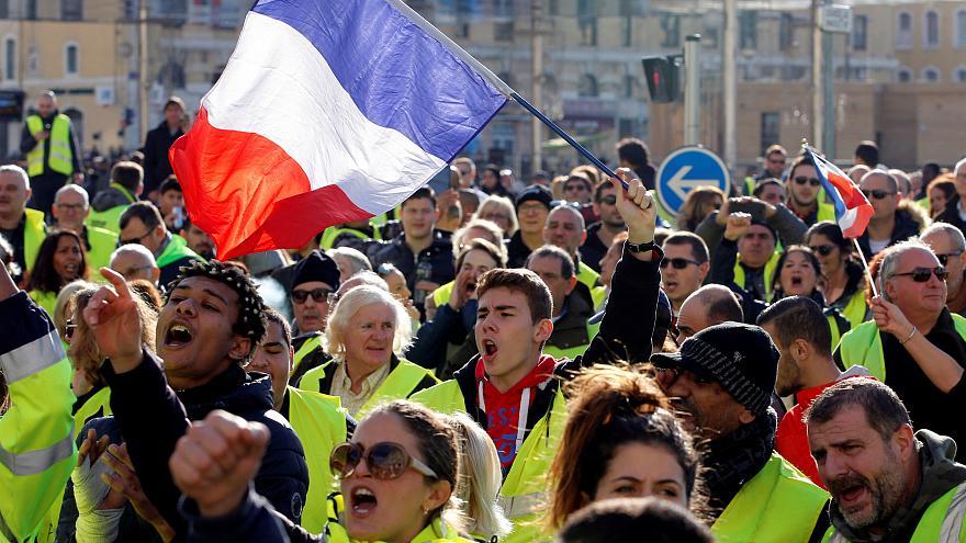 صورة مع استمرار الاحتجاجات… ماكرون يدعو شعبه لحوار وطني