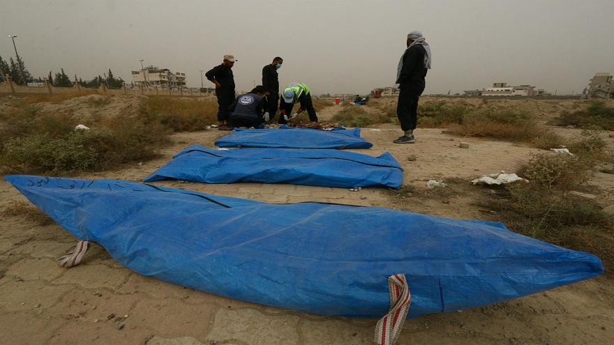 Photo of انتشال 15 جثة من مقبرتين في مدينة الرقة