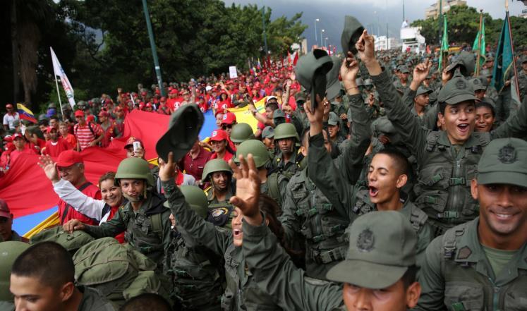 """صورة جيش فنزويلا يؤكد الولاء لمادورو.. ويهدد الأعداء: """"عليكم أن تمروا فوق جثثنا"""""""