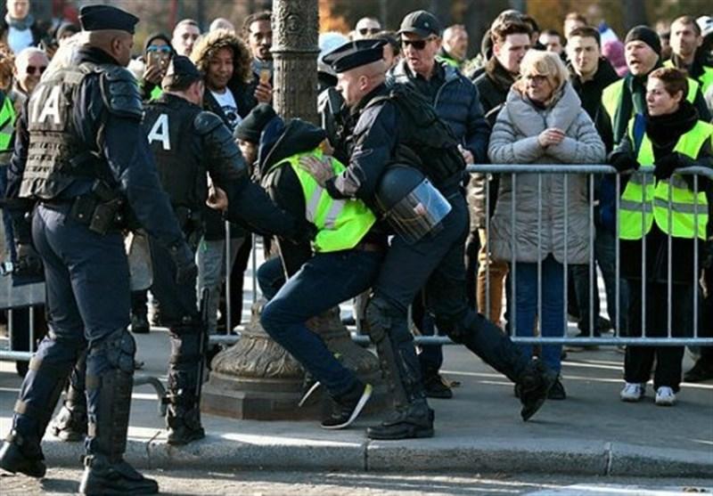 """Photo of إصابات جراء اشتباكات بين محتجي """"السترات الصفر"""" والشرطة في باريس"""