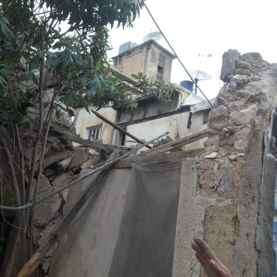 Photo of بعد انهيار جزء منهما بسبب الأمطار.. إزالة جدارين آيلين للسقوط في ساروجة بدمشق