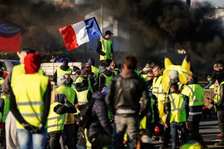 """Photo of قبل أسبوع """"العصيان"""".. شاحنة تدهس 3 محتجين من السترات الصفراء في فرنسا"""