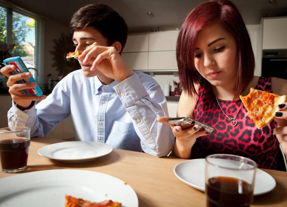 Photo of علماء يحذرون من استخدام الهاتف أثناء تناول الطعام