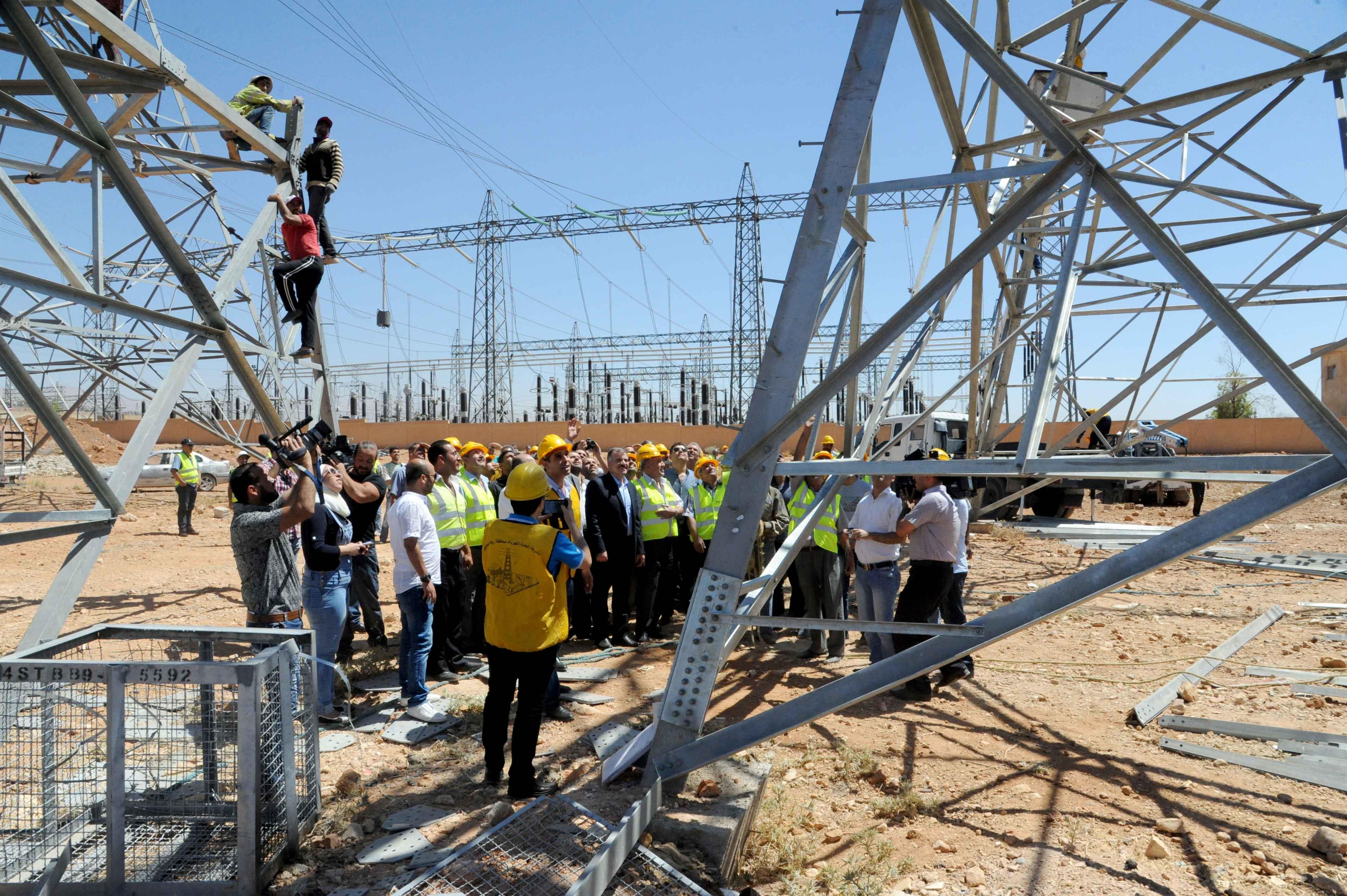 Photo of قلة المواد يعوق إيصال الكهرباء للمشتركين في ريف دير الزور
