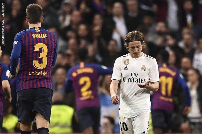 "Photo of برشلونة يهزم الريال من جديد في عقر داره.. والجمهور ينادي ""رونالدو""!"