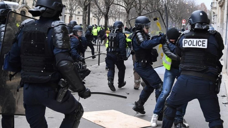"""Photo of الشرطة الفرنسية تنشر تعزيزات وسط باريس وتتوعد محتجي """"السترات الصفراء"""""""