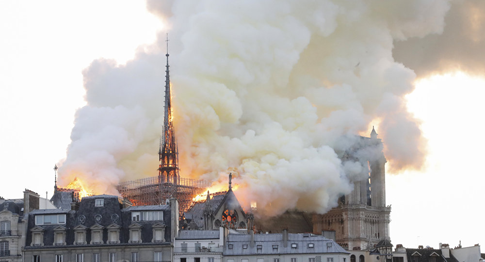 "Photo of حريق هائل يلتهم كاتدرائية ""نوتردام"" التاريخية في باريس"