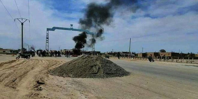 """Photo of دير الزور تنتفض في وجه """"قسد"""" وتقطع الطريق أمام النفط المسروق"""