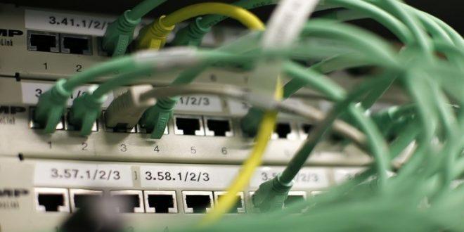 "Photo of ""الاتصالات"" تدرس استبدال الكوابل النحاسية بضوئية لحل مشاكل الانترنت"