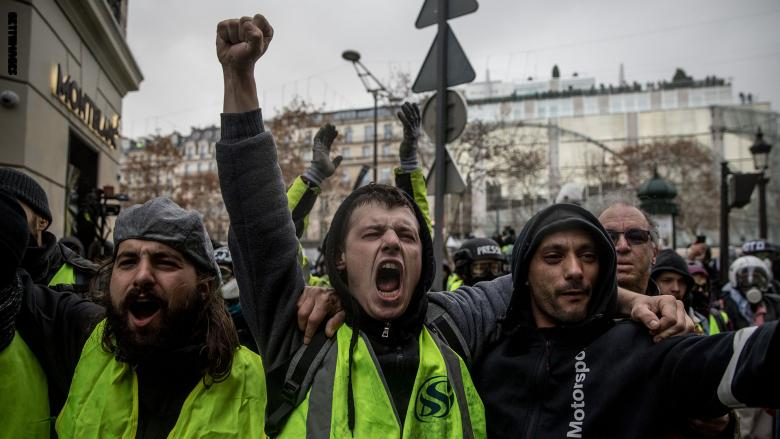 """Photo of إطلاق رصاص ورشق بالمقذوفات بين الشرطة الفرنسية و""""السترات الصفراء"""""""