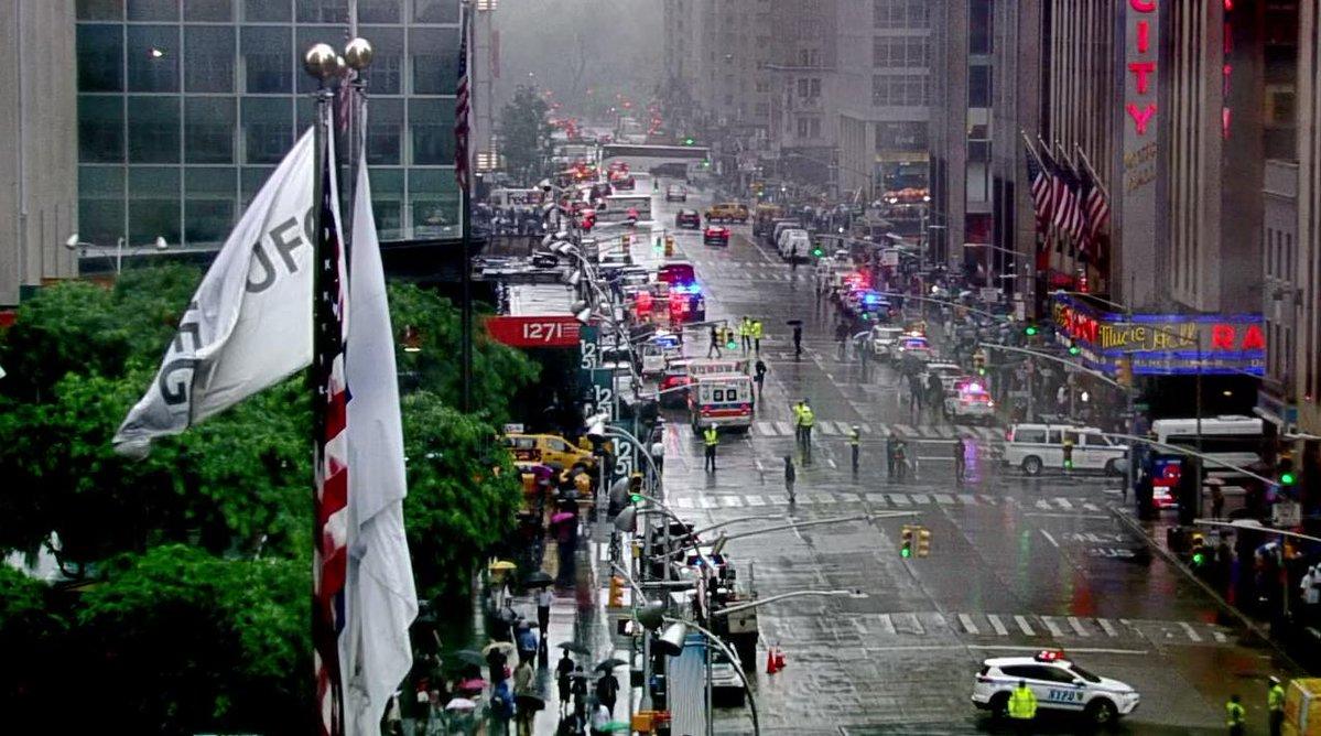صورة مقتل شخص على الأقل في حادثة تحطم مروحية وسط نيويورك