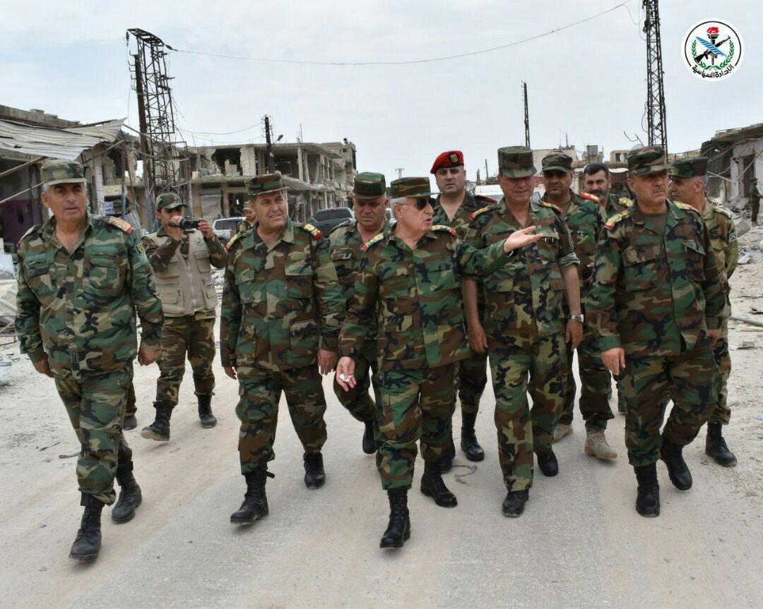 Photo of بتوجيه من الرئيس الأسد.. العماد علي أيوب يزور الخطوط الأمامية بريف حماة