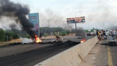 """صورة أتباع """"الحريري"""" يقطعون الطرق في لبنان بعد استقالته"""