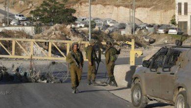 صورة الاحتلال يعتقل طفلة فلسطينية وهي في طريقها إلى مدرستها