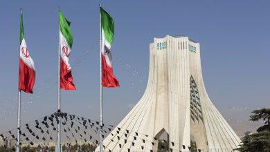 Photo of وفد حكومي برئاسة خميس يصل طهران للقاء كبار المسؤولين الإيرانيين