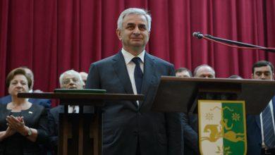 صورة الرئيس الأبخازي يقدم استقالته من منصبه