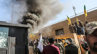 صورة الحشد الشعبي يدعو المتظاهرين إلى الانسحاب من محيط السفارة الأميركية في بغداد