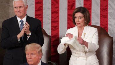صورة بيلوسي تمزق نسخة من خطاب ترامب أمام الكونغرس