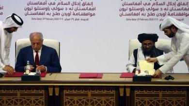 """صورة في قطر.. توقيع اتفاق سلام بين واشنطن و""""طالبان"""" يتيح سحب القوات الأميركية"""
