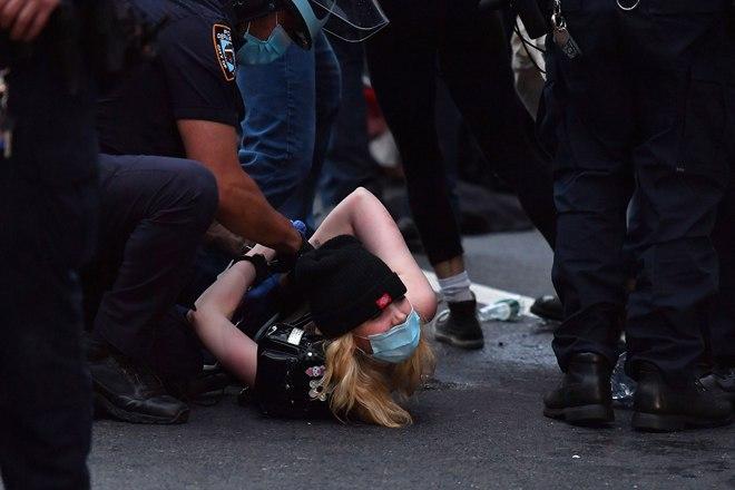 ترامب يدعو لاستخدام العنف ويهدد بنشر الجيش.. وشرطة نيويورك تعتقل المئات