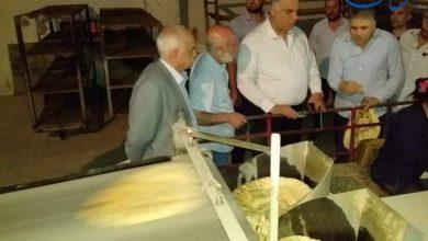 صورة وزير التموين في جولة مفاجئة فجر اليوم على مخابز دمشق بحضور «الوطن»: تفاوت في نوعية الخبز المنتج