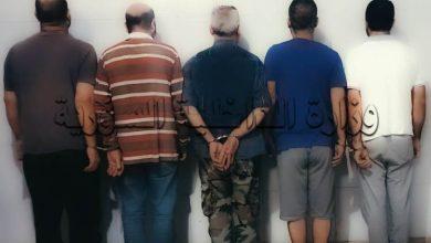 صورة الأمن الجنائي في حماه يقبض على خمسة أشخاص امتهنوا تزوير أرقام محركات وهياكل السيارات المسروقة والمهربة