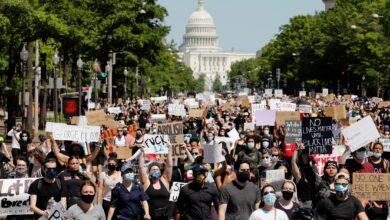 صورة العشرات يحتجون أمام البيت الأبيض قبيل توقيع اتفاقي التطبيع