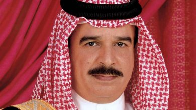 صورة ملك البحرين يستقبل كوشنير الواصل إليها من الإمارات