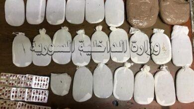 صورة القبض على شخصين ومصادرة أكثر من أربعة كيلوغرامات حشيش مخدر وكميات من الحبوب المخدرة