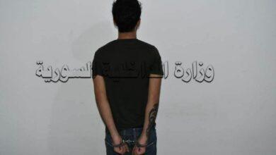 صورة القبض على شخص تاجر مواد مخدرة  بحوزته أكثر من (2 ) كغ حشيش مخدر