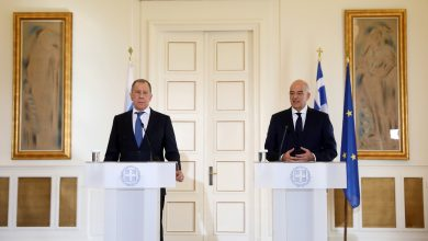 صورة وزير خارجية اليونان للافروف: تركيا تحولت إلى «وكالة سفر للجهاديين»