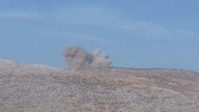 صورة ٤٣ قتيلاً وأكثر من ٦٠ جريحاً في غارات استهدفت معسكراً لـ«فيلق الشام» بإدلب