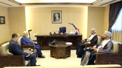 صورة الوزير المعلم يتسلم نسخة من اوراق اعتماد سفير عمان الجديد