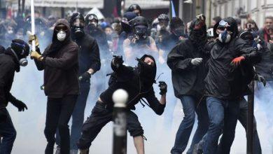 صورة صدامات عنيفة في باريس احتجاجاً على قانون «الأمن الشامل»