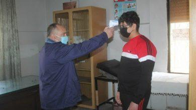 صورة لا كورونا بين طلاب سلمية.. والإصابات بالكادر التعليمي