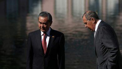 صورة لافروف ونظيره الصيني يبحثان الحفاظ على الاتفاق النووي الإيراني والعلاقات الثنائية