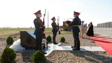 صورة تدشين لوحة تذكارية في «حميميم» لطيار روسي قتل في سورية