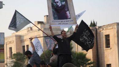 صورة «التحرير الإسلامي» ربيب «النصرة» يتوعّد الغرب برفع صورة قاتل المدرس الفرنسي في إدلب