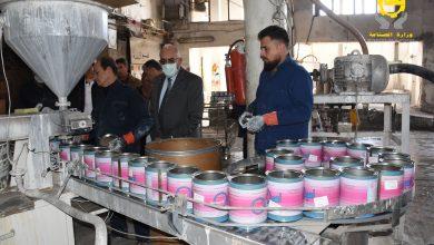 صورة وزير الصناعة في جولة على الشركات الصناعية.. مستعدون لتقديم كل ما يسهم في تحسين ورفع مستوى التحفيز لدى العمال