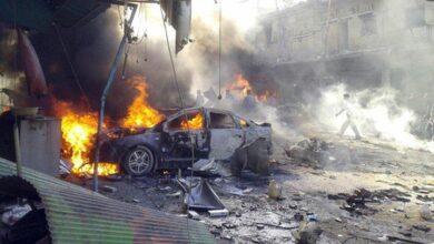 صورة شهداء مدنيون وقتلى من إرهابيي الميليشيات بانفجار سيارة مفخخة في الباب