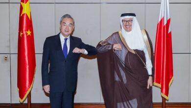 صورة وانغ يي من البحرين: بعض القوى الغربية تستخدم حقوق الإنسان ذريعةً لتقويض الاستقرار في الدول الأخرى
