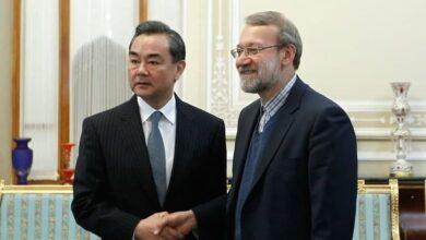 صورة وانغ يي خلال لقائه لاريجاني: الصين تنظر للعلاقات مع إيران من المنظور الإستراتيجي والبعيد المدى