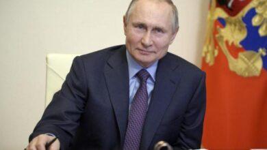 صورة بوتين يتلقى لقاحا روسيا مضادا لفيروس كورونا بعيدا عن عدسات الكاميرا