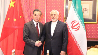 صورة وانغ يي لـ ظريف: يجب على بلدينا مواصلة تبادل الدعم للقضايا المتعلقة بالمصالح الجوهرية والهموم الكبرى