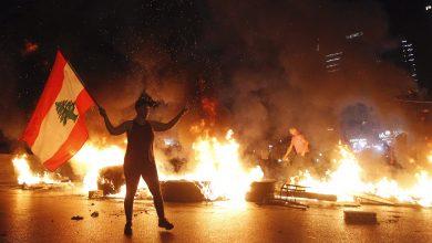 صورة احتجاجات وقطع طرقات في بيروت بعد الانهيار الكبير في قيمة الليرة اللبنانية