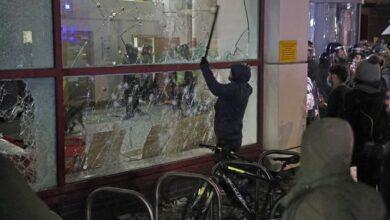 صورة تظاهرات في مدينة بريستول البريطانية وإصابات بين رجال الأمن
