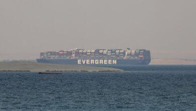 """صورة هيئة قناة السويس تعلن التحفظ رسمياً على سفينة """"إيفرجيفن"""" بسبب المماطلة بدفع التعويضات"""