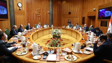 صورة لقاء يجمع وزير الخارجية الروسي ورئيس المخابرات المصرية في القاهرة