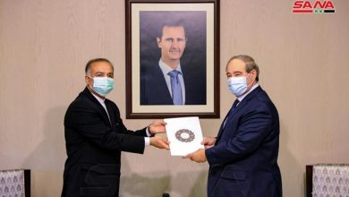 صورة المقداد يتسلم نسخة من أوراق اعتماد سفير إيران