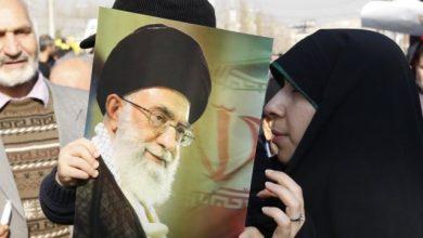 صورة خامنئي: واشنطن تمنع أي تقارب بين طهران وجيرانها العرب
